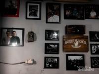 Beberapa foto yang menghiasi dinding Barber School Abah Atrox.