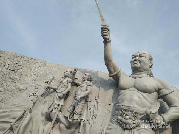 Relief Mahapatih Gajah Mada yang bersumpah untuk menyatukan Nusantara.