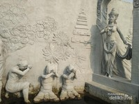 Relief yang menggambarkan kedatangan Ratu Kerajaan.