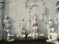 Relief yang menggambarkan Ratu yang sedang bertahta.