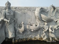 Relief kedatangan Laksamana Cheng Ho dari Tiongkok ke Nusantara.