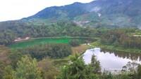 Saat cuaca mulai cerah, warna permukaan danau semakin jelas terlihat.