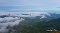 Permukiman warga di Dieng yang tampak indah dilihat dari jalur pendakian Gunung Prau.