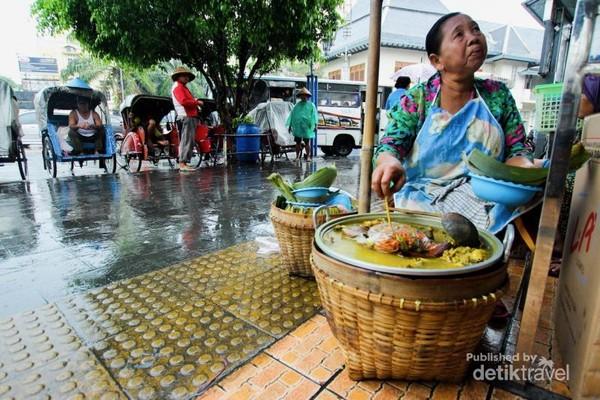Penjual tengkleng di depan Pasar Gede