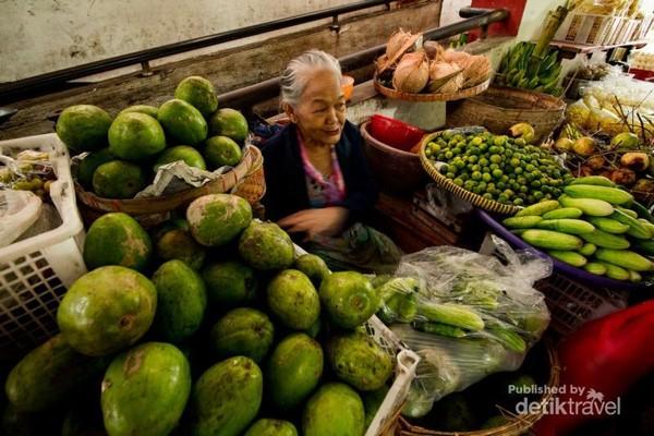 Penjual sayur mayur di dalam Pasar Gede