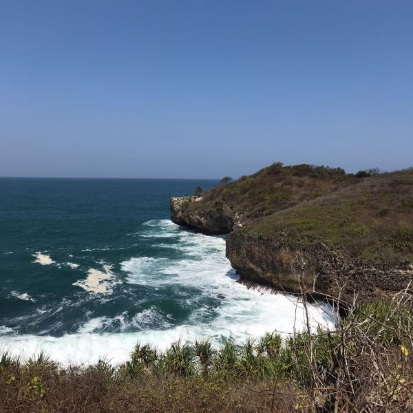 Hantaman ombak memberi warna indah pada Pantai Sedahan