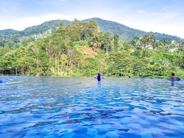 Staycation ala anak sultan, berenang di Infinity pool