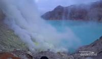 Asap belerang di Kawah Ijen terus berkobar searah hembusan angin, jadi tetap waspada dan perhatikan arah asap agar tidak terhirup.