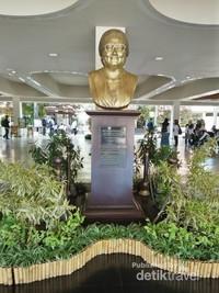 Patung Ibu Tien Soeharto, penggagas Taman Buah Mekarsari