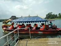 Setelah lelah berkeliling, kita bisa rekreasi dengan menumpang perahu naga