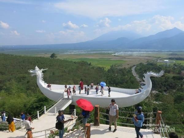 Bahtera naga yang ada di kawasan wisata Eling Bening menyajikan hamparan keindahan alam seperti Rawa Pening, Gunung Merbabu, Gunung Andong dan Gunung Temoloyo