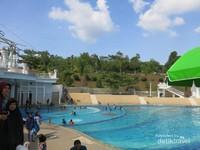 Eling Bening juga memiliki fasilitas kolam renang yang bisa digunakan hanya dengan membayar Rp20.000