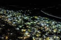 Cahaya lampu milik warga yang turun berburu membuat lautan tampak menyala.