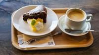 Mengisi energi dengan kopi setelah berkeliling Ine