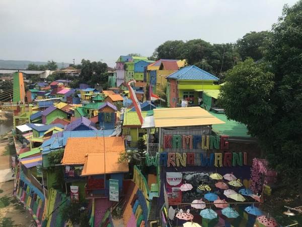 Kampung Warna Jodipan. Kampung ini didominasi warna-warni rumah. Mulai dari dinding, atap, pintu/jendela, serta jalan. Sesuai namanya, kampung ini ada di Kelurahan Jodipan