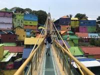 Jembatan kaca sebagai penghubung Kampung Warna Jodipan dan Kampung Tridi.