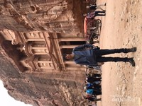 Penulis di depan gerbang utama Petra