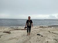 Pantai dengan gradasi warna eksotis di pantai Sei Bakau.