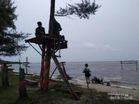 Menara kayu untuk memandang lautan.
