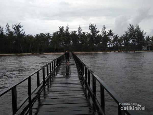 Jembatan kayu yang mengarah ke pantai Sei Bakau.