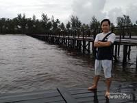Dermaga ujung jembatan yang menjorok ke laut lepas.