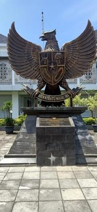 Monumen lambang Pancasila yang terdapat di Skouw