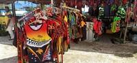 Banyak suvenir bertema Papua Nugini yang dijual di sana
