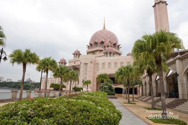 Masjid Putrajaya memiliki kombinasi desain modern dan tradisional. Desainnya terinspirasi oleh desain Masjid Sheikh Omar di Baghdad.