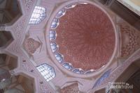 Masjid Putrajaya menggabungkan unsur desain Melayu Timur Tengah dan tradisional dalam arsitekturnya.