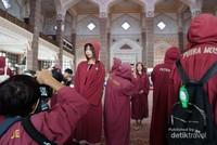 Masjid ini boleh dikunjugi oleh non muslim, tentunya dengan menggunakan pakaian yang sopan. Bagi wanita yang tidak memakai hijab, diwajibkan menggunakan jubah merah yang disedikan oleh pihak masjid. Begitu juga dengan laki-laki yang memakai celana lebih pendek dari lutut.