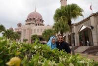Terdapat banyak spot foto yang bagus dengan latar belakang masjid, danau, hingga istana Perdana Menteri Malaysia.