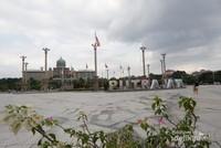 Lokasi masjid sangat dekat dengan Istana Perdana Menteri Malaysia.