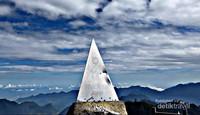 Naik ke Puncak Gunung Tertinggi di Indocina dalam 20 Menit
