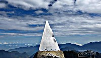 Piramida penanda puncak Fansipan