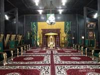 Replika singasana dan kursi pejabat Kesultanan Kotawaringin.
