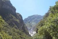 Posisinya yang berada di lereng dan di luar jalur pendakian, jarang sekali dikunjungi sehingga terlihat bersih.