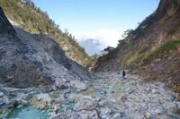 Untuk mencapai lokasinya memang agak sulit karena menuruni lereng yang terjal.