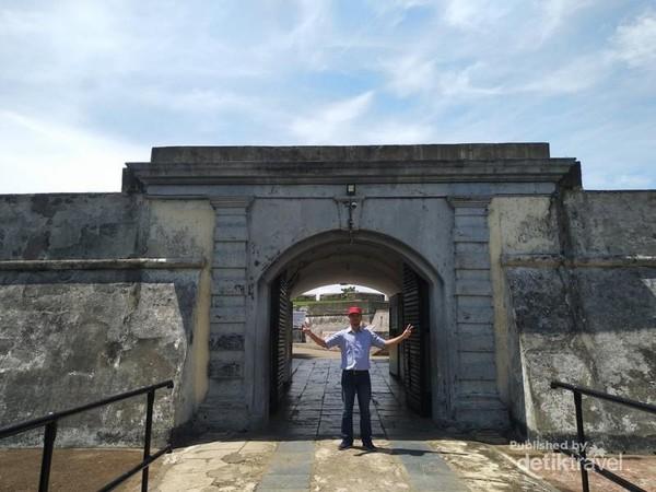 Gerbang masuk menuju fort marlborough.