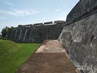 Salah satu sisi tembok luar fort marlborough.