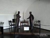 Patung Bung Karno berdialog dengan Residen Bengkulu Cornelis Eduard Maier.