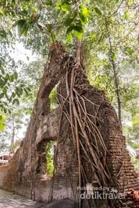 Di bagian utara di luar Benteng Sri Menganti, terdapat bangunan berbentuk segitiga yang hanya tersisa satu bagian saja. Dulunya bangunan tersebut digunakan untuk menyimpan bolo pecah atau barang-barang yang mudah pecah seperti gelas piring dan lain-lain.