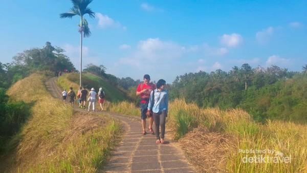 Banyak traveler yang berjalan santai dan berolahraga di jalan setapak, Bukit Campuhan.