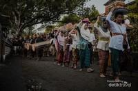 Umat Islam mengelilingi Kemaliq diiringi dengan tetabuhan musik tradisional Lombok, dengan membawa ketupat dan berbagai macam makanan yang biasa digunakan untuk upacara adat suku Sasak sebagai sarana untuk memohon kesuburan dan kemakmuran.