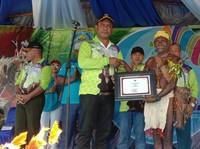 Bupati Raja ampat saat memberikan sertifikat budaya Wala kepada kepala suku matbat
