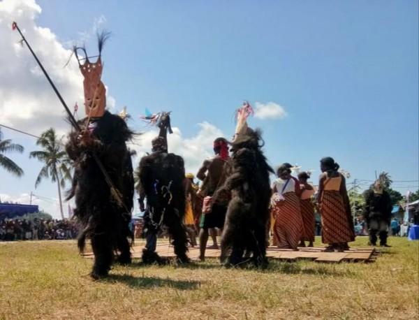 Tarian wala oleh suku matbat di kepulauan Misool.Foto: abi