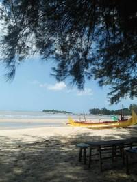 Santai di Pantai Burung Mandi, ditemani Perahu Nelayan Lokal yang parkir