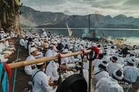 Persiapan upacara Mulang Pekelem di tepi Danau Segara Anak