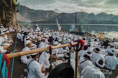 Mengenal Ritual Sakral Umat Hindu di Rinjani