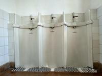 Urioir porselen di toilet di gedung B yang di produksi oleh Van der Berg Amsterdam.