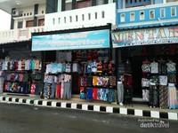 Traveler bisa membeli baju pantai dan kaos untuk oleh-oleh....
